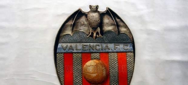 El Valencia presenta la joya de su corona: la bandera restaurada de hace 95 años