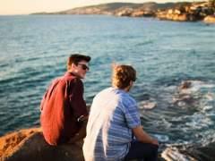 Dos jóvenes charlando