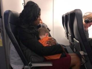 Una mujer carga al hijo de Becca Kinsey