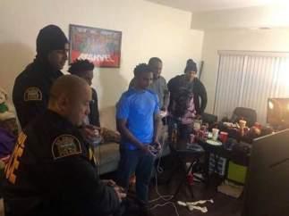 La policía jugando a 'Super Smash Bros. Ultimate' con unos jóvenes.