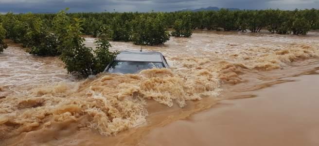 Coche atrapado en un campo anegado en Alginet (Valencia), lluvias, inundaciones