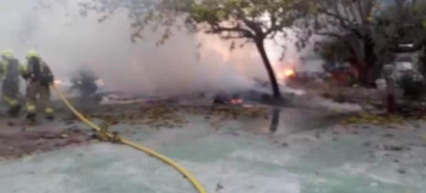 Sofocan un incendio en una caseta abandonada llena de restos de enseres en el Camino de la Costa