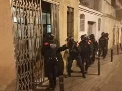 Los Mossos registran dos 'narcopisos' del Poble-sec, en Barcelona