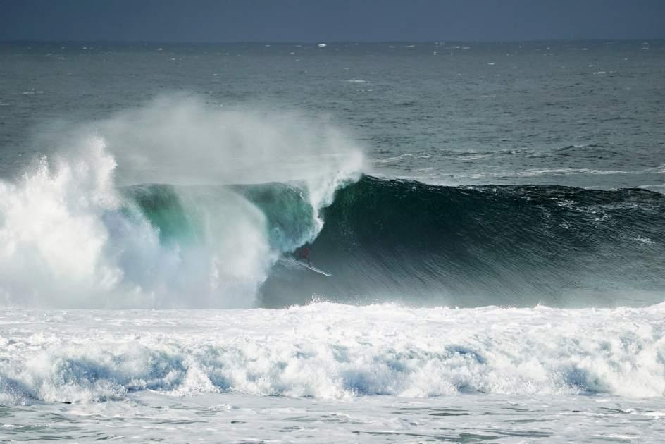 Natxo González surfeando