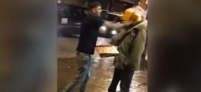Le lanza un kebab en la cara
