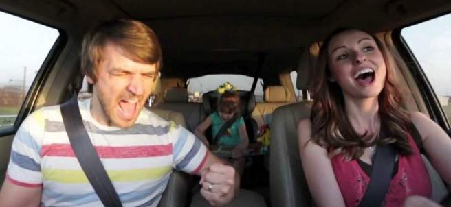 Una familia cantan en el coche