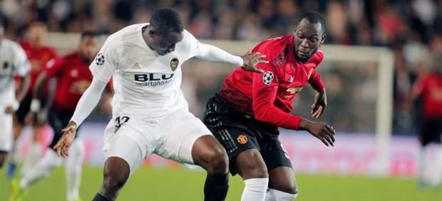 El Valencia endulza la eliminación derrotando al Manchester United