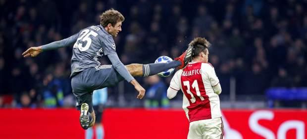 La patada salvaje de Müller: roja directa por clavar los tacos en la cabeza a Tagliafico