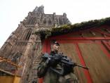 Soldado Operación Centinela monta guardia en el lugar del atentado de Estrasburgo
