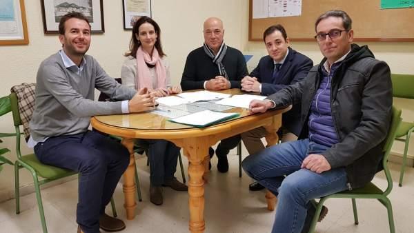 López (segundo por la dcha.) y Ruiz (centro) en el CEIP Fuente del Moral