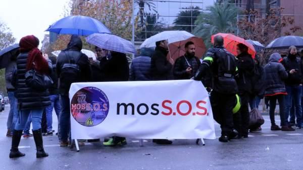 Decenas de mossos cortan el Passeig de Sant Joan delante del Departament d'Interior.