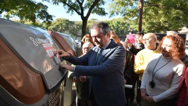 Espadas presenta los nuevos contenedores para biorresiduos en Sevilla Este