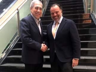 Michael Golden y Fernando de Yarza López-Madrazo en la Junta General de WAN-IFRA, en Amsterdam.