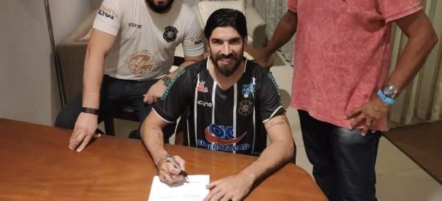 El 'Loco' Abreu aumenta su récord Guinness: ficha por el Río Branco, su 28º equipo