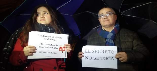 Más de 200 personas se concentran en Palma en apoyo a los periodistas de Europa Press y Diario de ...
