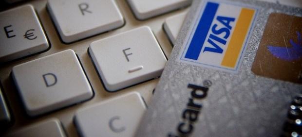 Teclado de ordenador junto a una Tarjeta Visa