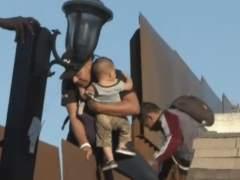 Arrojan a su bebé para cruzar la frontera de EE UU