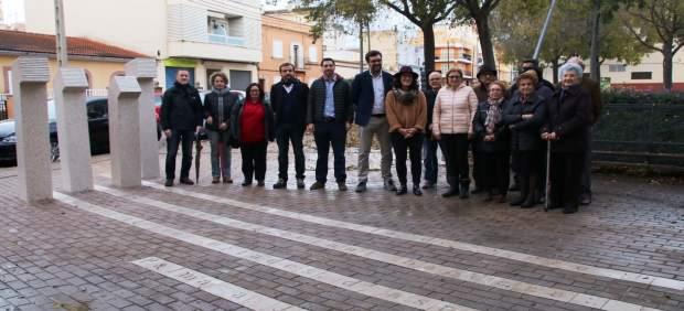 Inauguran una escultura sobre el escritor Josep Maria Llompart en la plaza de Es Rafall Vell de ...