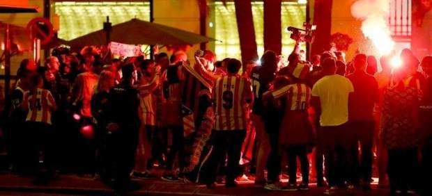 Detienen a 30 ultras del Atlético de Madrid en Bélgica por hacer el saludo nazi