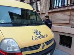 Correos identifica su flota de vehículos en Huesca con distintivos ambientales