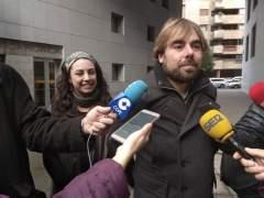 El secretario de Podemos, Daniel Ripa atiende a los medios.
