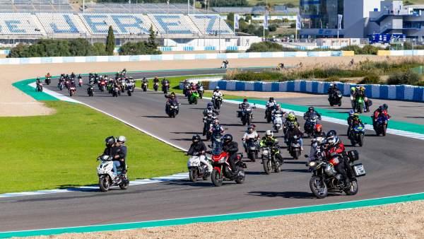 Circuito Jerez : Unas personas asisten a las puertas abiertas del circuito
