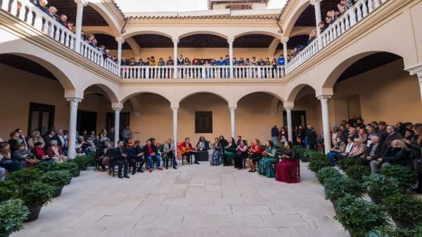 El grupo Toma Castaña junto a visitantes en el Museo Picasso