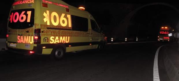 En estado grave dos jóvenes tras caer con su coche a una altura de 10 metros sobre la carretera de ...