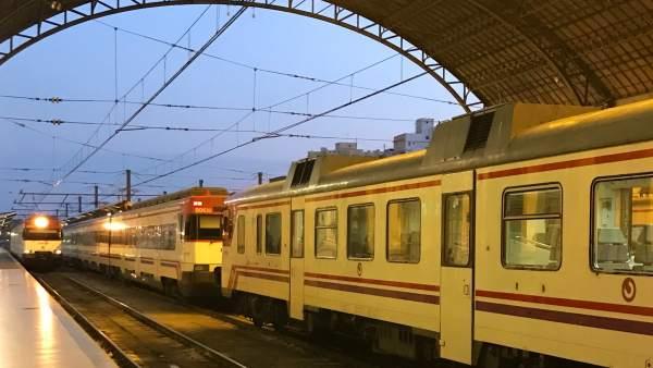 Trenes de Cercanias en la Estació del Nord de València, trenes, renfe, rodalies,