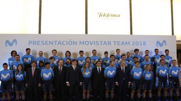 Los equipos Movistar Team posan en su presentación