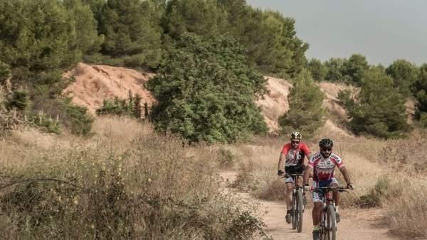 Dos ciclistas por el paraje de Les Moles