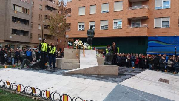 Ofrenda floral en monolito por las víctimas del atentado en la Casa Cuartel