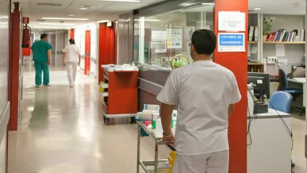 Un enfermero lleva un carrito de medicamentos