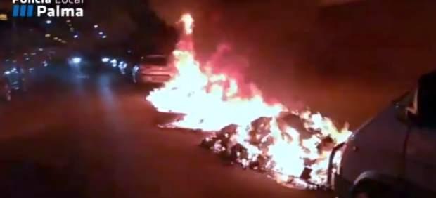 Un pirómano quema dos contenedores en una calle de la zona de Son Fortesa