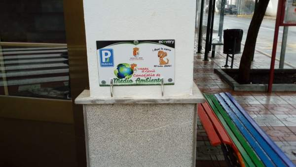 Vegas del Genil instala ganchos para que las mascotas esperen