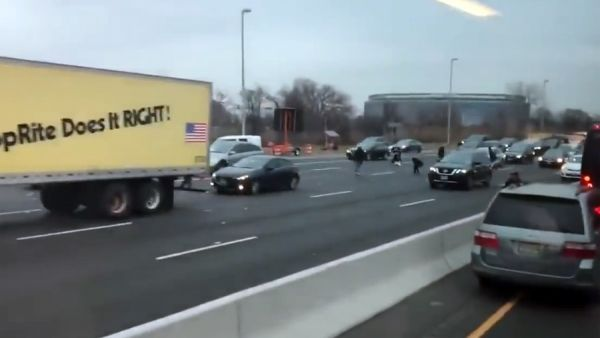 Una lluvia de billetes provoca el caos en una autopista