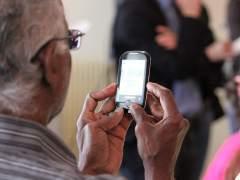 Hombre mayor con un teléfono
