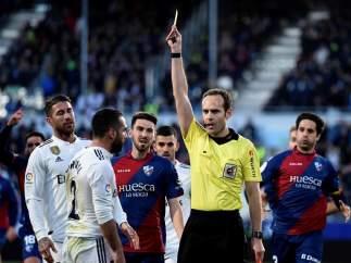 Dani Carvajal ve una cartulina amarilla durante el Huesca - Real Madrid.