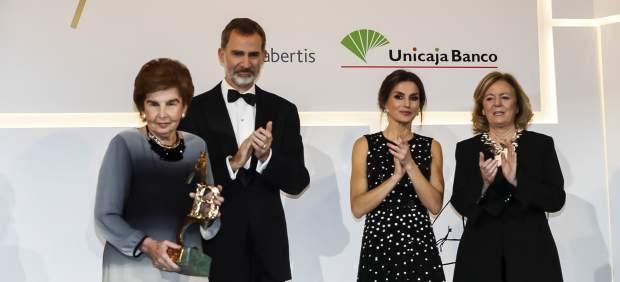 Pilar de Yarza recibe, de manos de los reyes, el Premio Luca de Tena de Periodismo