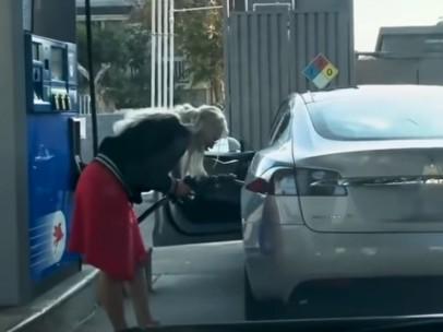Mujer intenta echar gasolina a un Tesla