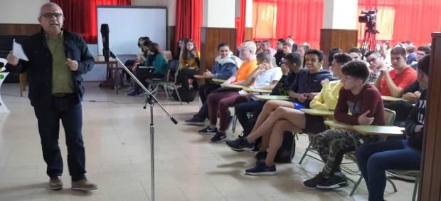 Sebastián Quintana con alumnos del IES Arucas Domingo Rivero