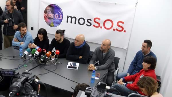 Plano general de la rueda de prensa de representantes sindicales y del movimiento MosSOS en la sede de Fepol para explicar en qué punto se encuentran las negociaciones laborales y las próximas movilizaciones de los agentes.