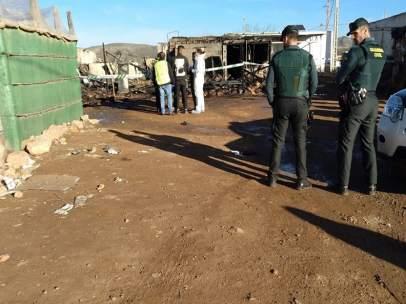 Agentes vigilan la zona donde se ha producido el incendio en Níjar