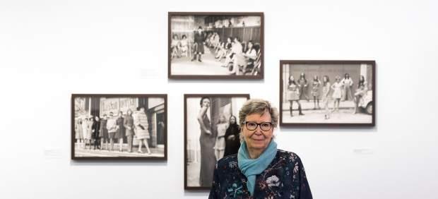 Joana Biarnés, delante de varias de sus fotografías
