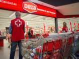 Miembros de Cruz Roja frente a un supermercado Deza