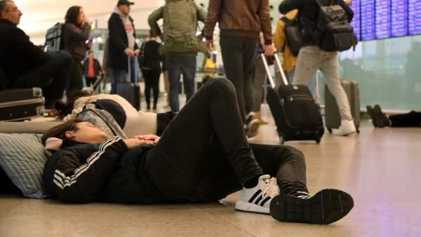 7feb55dd4 Pasajeros del Prat pasan la noche en el aeropuerto por miedo a que las  afectaciones del 21-D les hagan perder sus vuelos