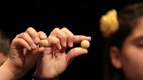 Los niños de San Ildefonso muestran las bolas del segundo premio de la Lotería de Navidad, el 21015.