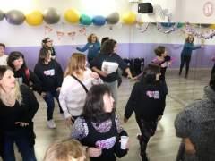 Un grupo de socias del club de danza de Cubelles (Barcelona) celebra con un baile haber repartido 25 décimos del segundo premio de la Lotería de Navidad.