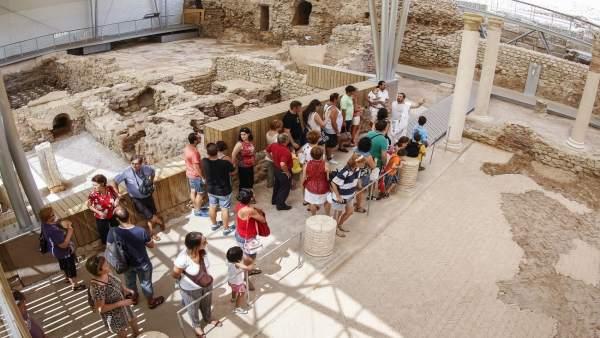 Turistas visitan el Foro Romano