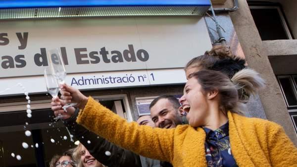 La administración de lotería número 1 de Castellbisbal (Barcelona) ha vendido en ventanilla una serie del segundo premio del sorteo extraordinario de la Lotería de Navidad, que ha correspondido al número 21015, dotado con 1.250.000 euros a la serie.